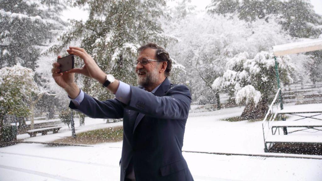 """Rajoy también se ha hecho un 'selfie' en la nieve: """"Comparto una bonita vista de La Moncloa nevada"""""""
