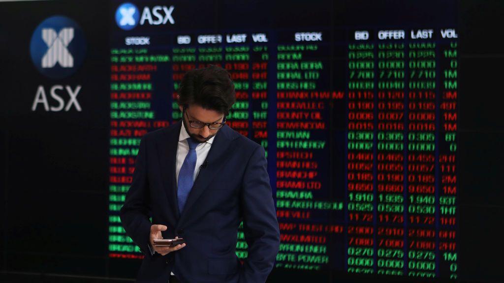 Un periodista en el edificio Australian Securities Exchange en el centro de Sydney, Australia,