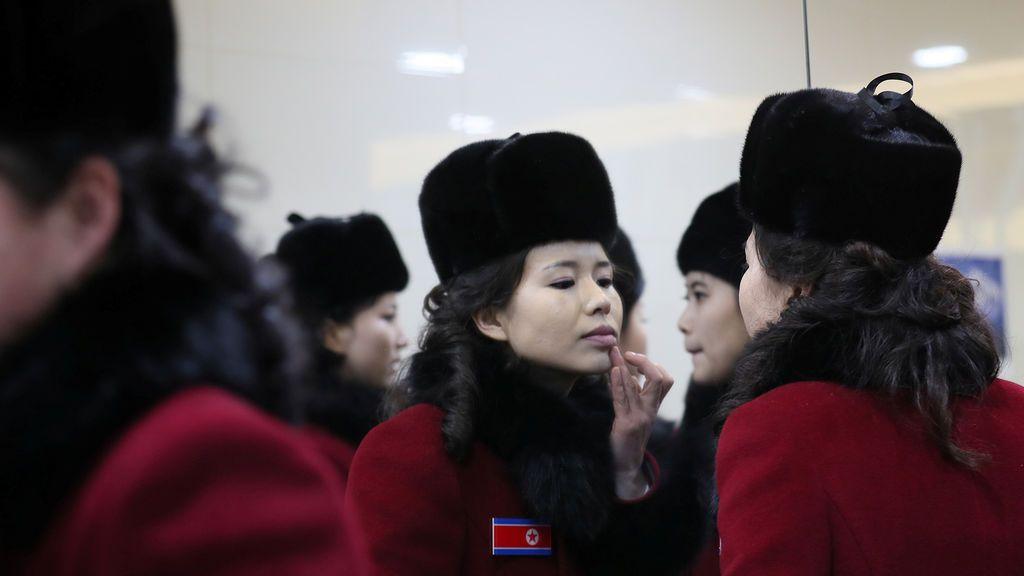 Participantes de Corea del Norte en un baño en un área de servicio de la autopista en Gapyeong, Corea del Sur