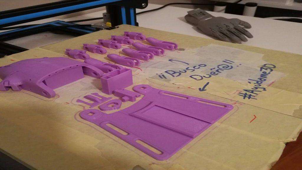 Crea un prótesis de mano para niño y la regala a través de Twitter