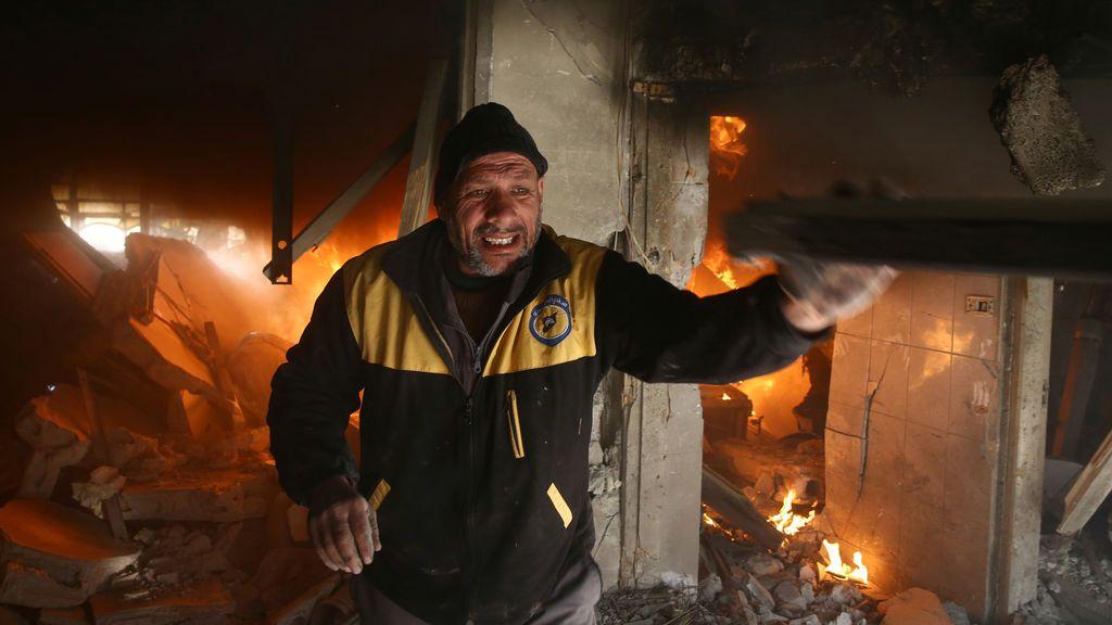 Un hombre reacciona después de un ataque aéreo en la ciudad asediada de Douma en el este de Ghouta, en Damasco, Siria