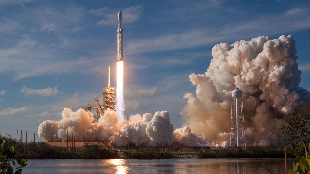 El cohete SpaceX Falcon Heavy desde la plataforma de lanzamiento histórica 39-A en el Centro Espacial Kennedy en Cabo Cañaveral, Florida, EE. UU