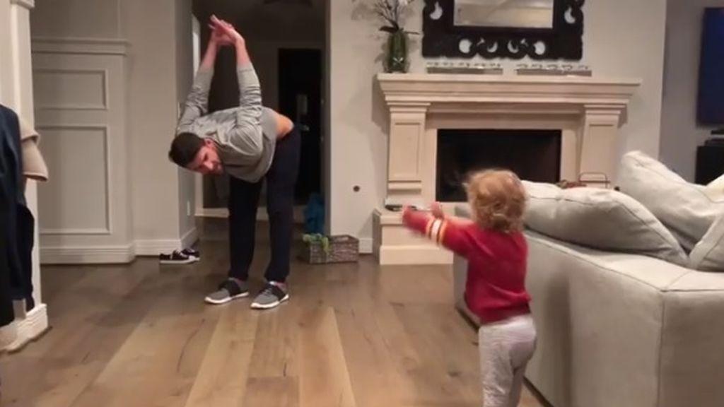 ¡Aprendiendo del mejor! Michael Phelps enseña a nadar a su hijo de un año en el salón de casa