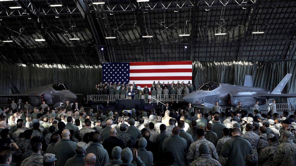 El vicepresidente estadounidense Mike Pence se dirige a los miembros de los servicios militares estadounidenses y las Fuerzas de Autodefensa de Japón