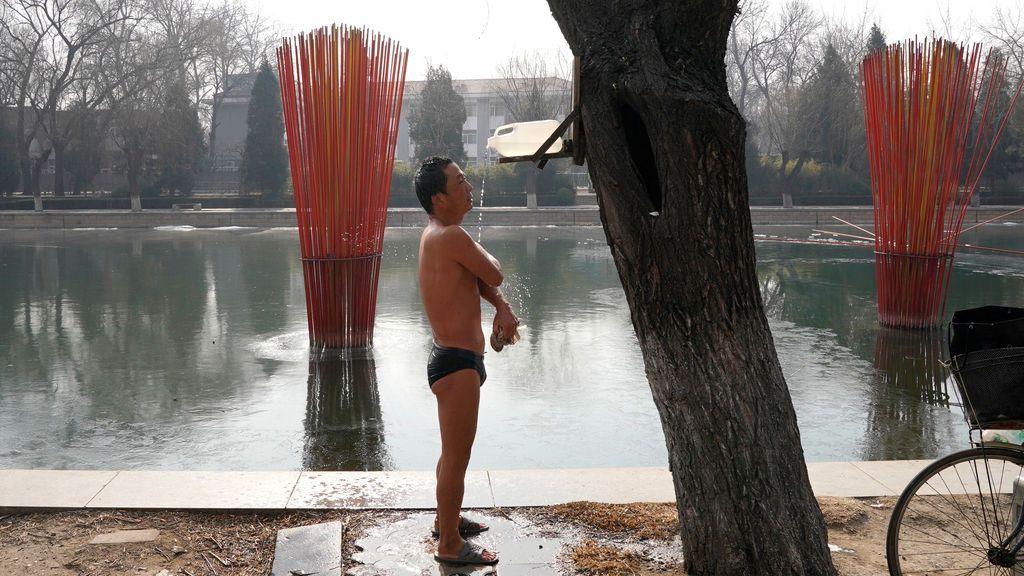 Un residente se lava después de un baño en un día de invierno en Beijing, China
