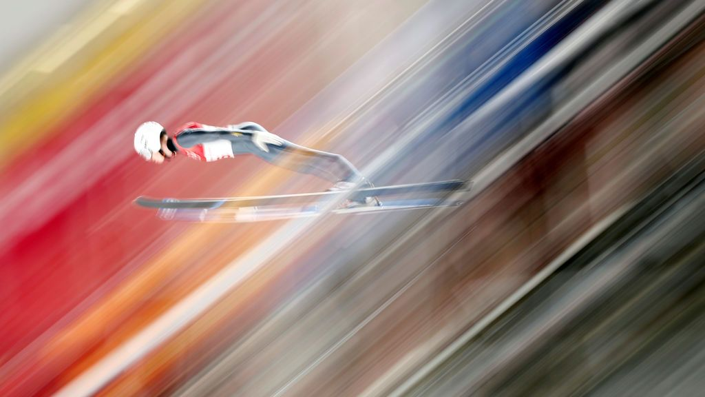 Un deportista realiza un salto de esquí durante un ensayo individual de las Olimpiadas de invierno de Pyeongchang 2018 Olimpiadas de invierno en el Centro de Salto de Equí de Alpensia, Pyeongchang, Corea del Sur