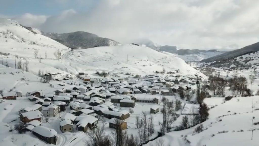 Jesús Calleja se adentra en Maraña, un maravilloso pueblo de León sepultado por la nieve