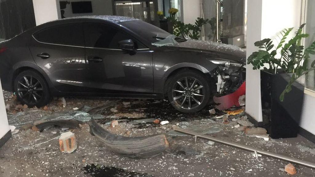 Estrella su coche contra el hotel donde se alojaba su marido por un ataque de celos