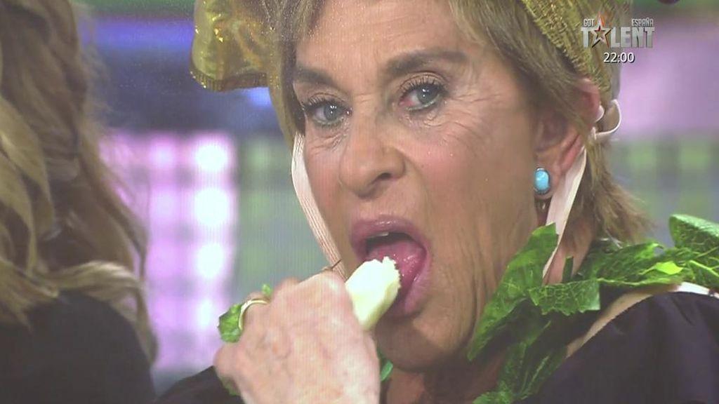 Chelo desata las risas comiéndose un plátano