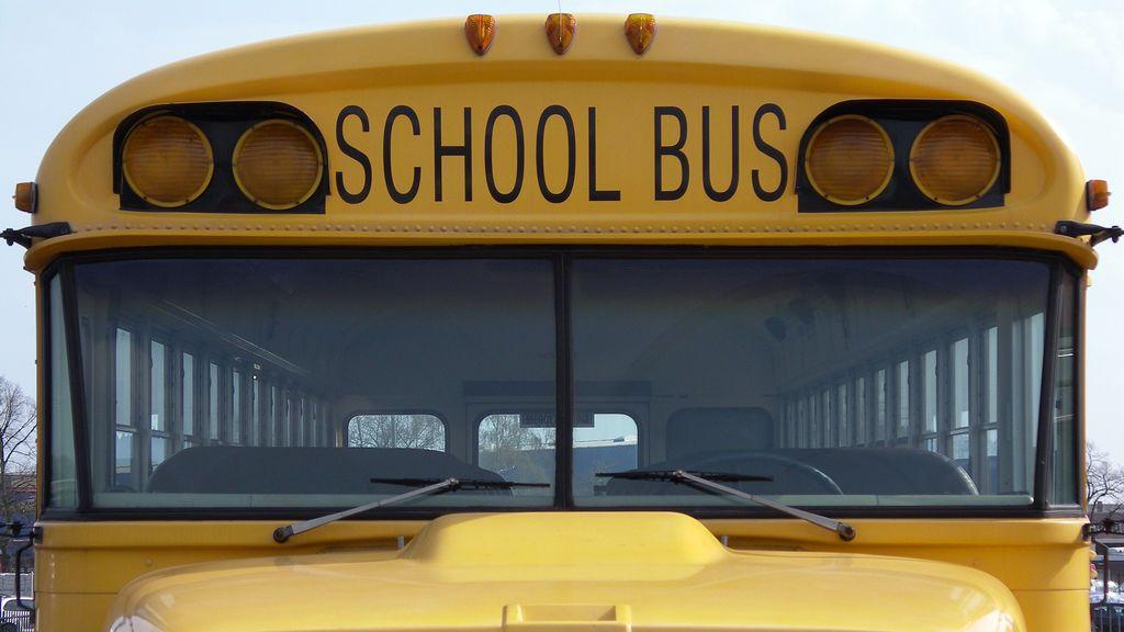 Un adolescente de 13 años coge los mandos de un autobús escolar y salva la vida de los pasajeros