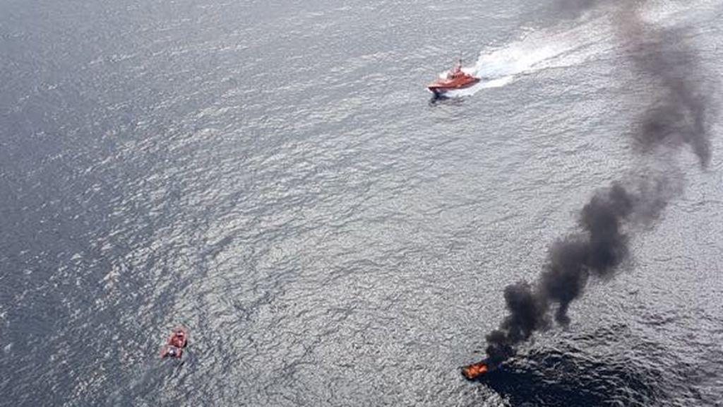 Cinco heridos al incendiarse una embarcación en el sur de Tenerife