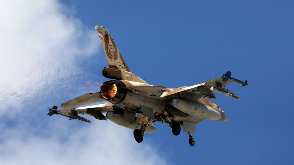 El Ejército sirio derriba un caza israelí por el lanzamiento de un 'drone'