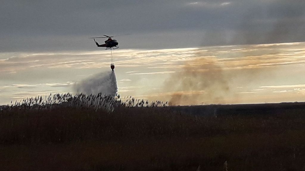 Medios aéreos trabajan en la extinción de un incendio en el parque Prat de Cabanes