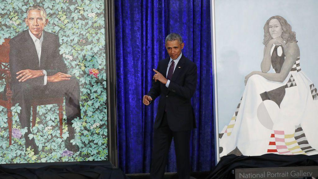 El ex presidente Barack Obama se encuentra entre los retratos pintados de sí mismo y de la ex primera dama Michelle Obama durante una ceremonia de inauguración en la Galería Nacional de Retratos del Smithsonian en Washington, EE. UU