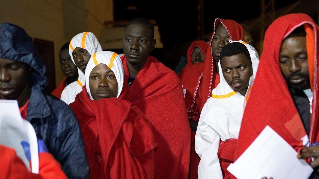 Cinco desaparecidos en una patera naufragada con 29 inmigrantes rescatados