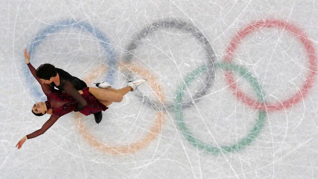 Una pareja ejecuta su ejercicio durante la final de patinaje artístico en las Olimpiadas de invierno de Pyeongchan 2018, en Gangneung, Corea del Sur