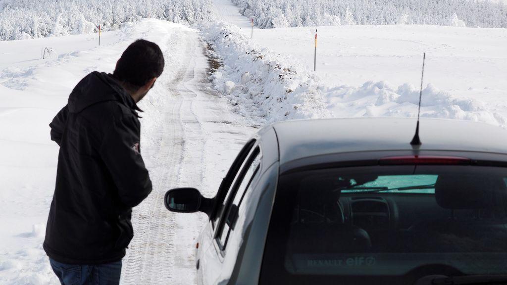 Una treintena de carreteras permanecen cortadas por la nieve