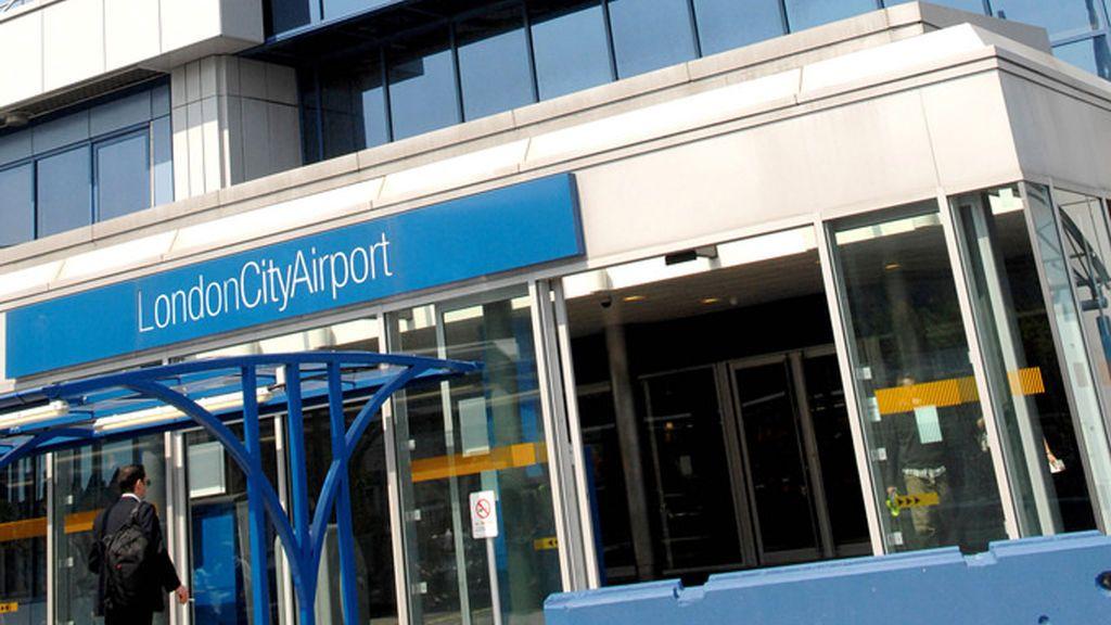 Cierran el Aeropuerto de la Ciudad de Londres tras el hallazgo de una bomba de la II Guerra Mundial