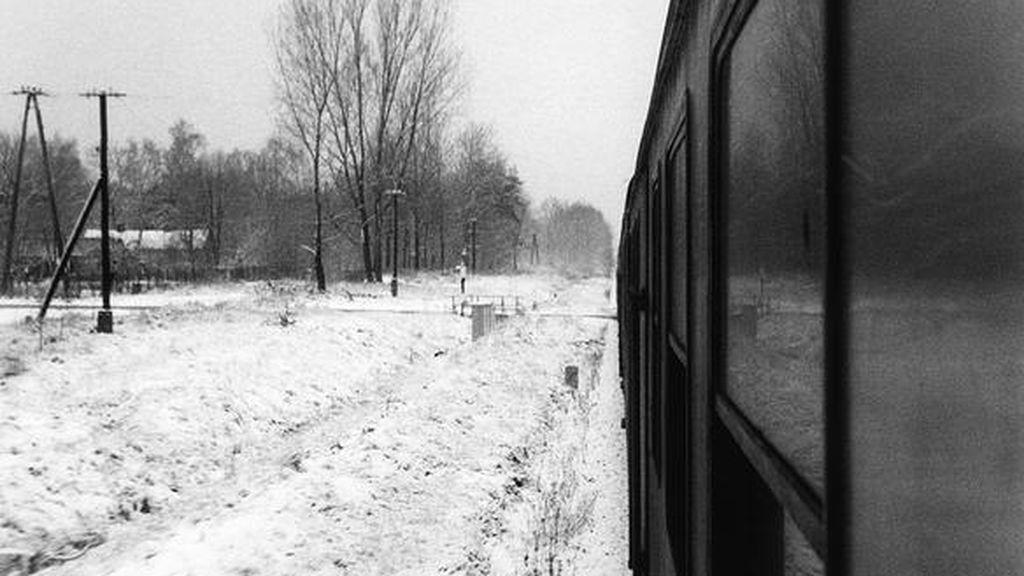 Una parada de tren en la periferia para que una niña vaya al colegio