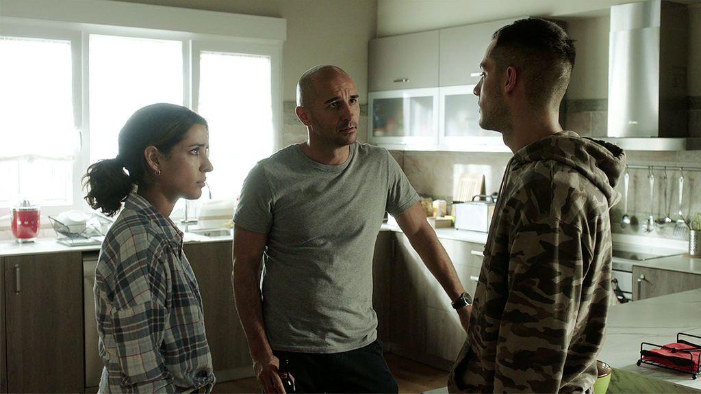 """Manuel descubre que Juan está enamorado de Lucía y le ataca: """"Sabía que ibas a por Lucía, ¿estás feliz con tu hermano entre rejas?"""""""