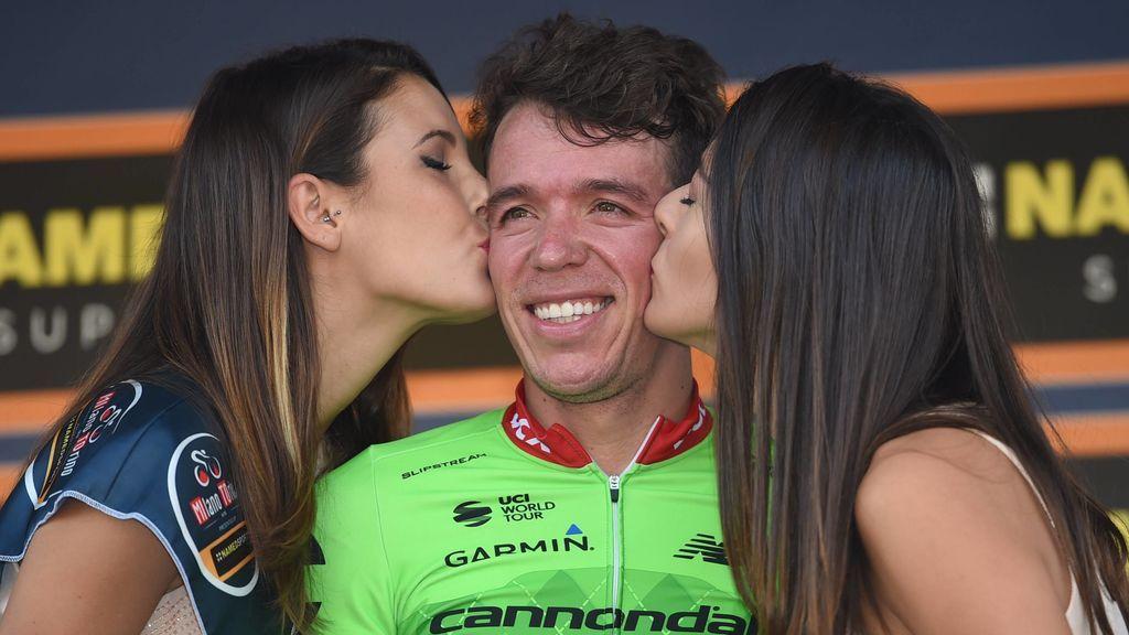 Polémico gesto sexista: El ciclista Rigoberto Urán hace volver a la azafata al podio para exigirle un beso