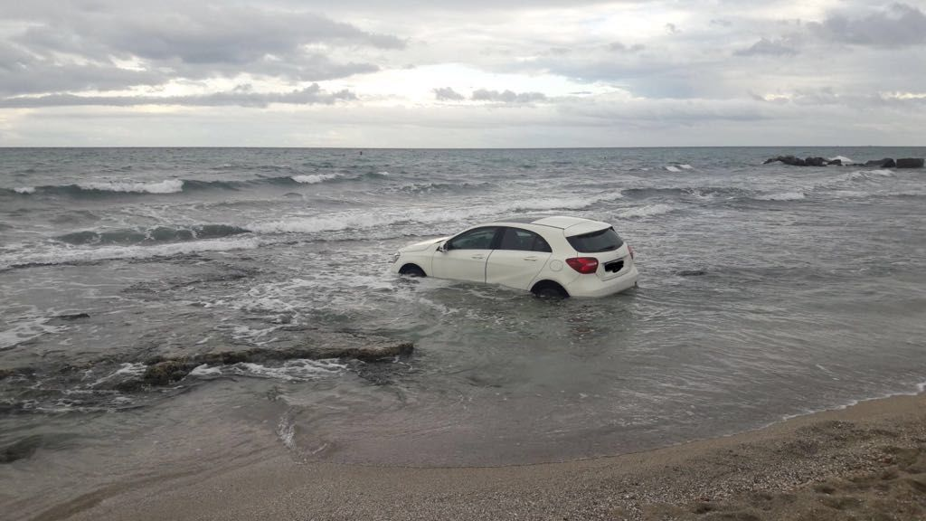 Los bomberos sacan un coche de una playa de Alicante