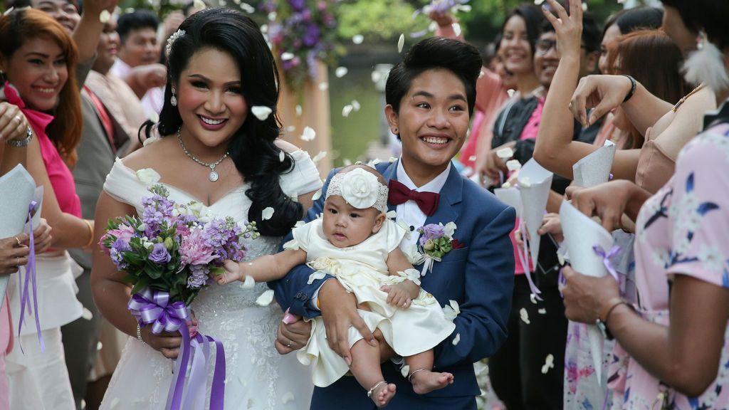 La novia transgénero Amornrat Ruamsin, de 27 años, sostiene a su hija de cinco meses junto su novio Pitchaya Kachainrum, 16, durante su ceremonia de boda organizada por un programa de televisión local, en Bangkok, Tailandia