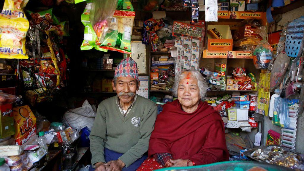 Nhuchhe Bahadur Amatya, de 76 años, contador jubilado en la Autoridad de Electricidad de Nepal, junto con su esposa Raywoti Devi Amatya, de 74 años, ama de casa, posan dentro de su tienda en Lalitpur, Nepal