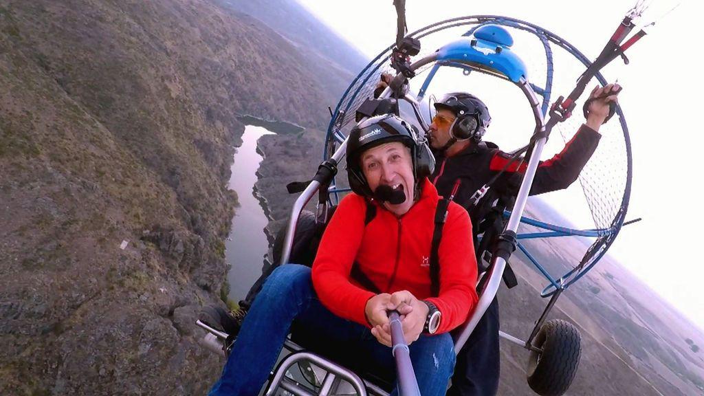 ¡Kike Callaje sobrevuela el río Duero con un 'paramotor'!