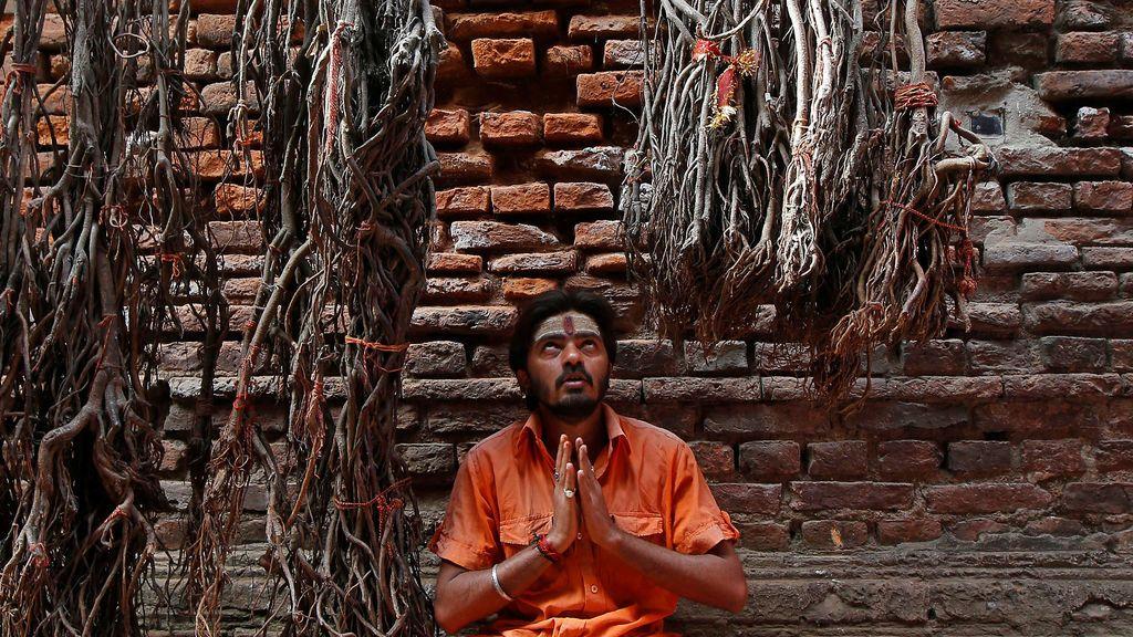 Un devoto hindú reza en un templo durante el festival Maha Shivratri en Calcuta, India