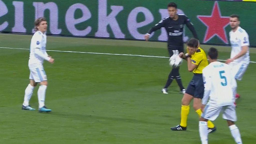 Neymar le da un balonazo en la cabeza al árbitro y deja aturdido al árbitro unos segundos