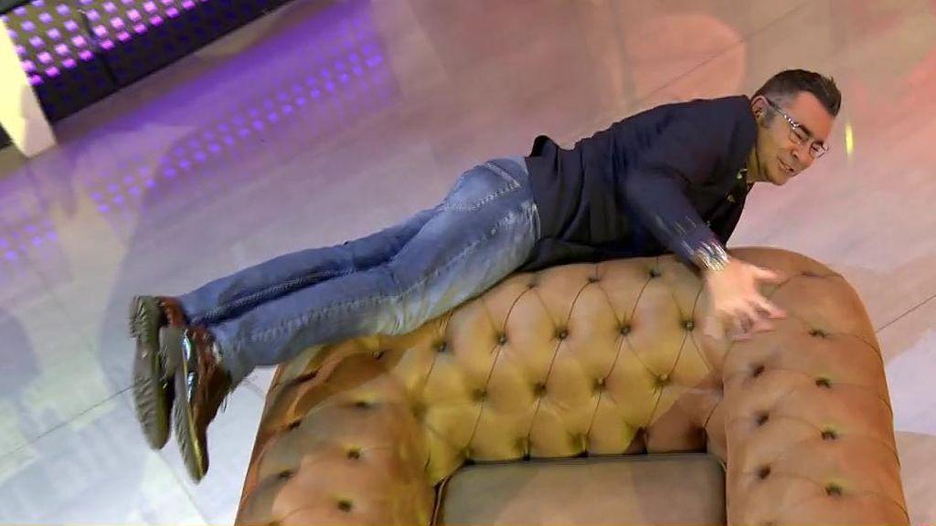 Jorge Javier Vázquez se retuerce en el sofá cansado de las quejas de Carlos Lozano