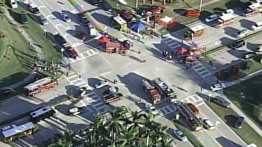 Ambulancias, coches de policía y camiones de bomberos acuden a ayudar a las victimas