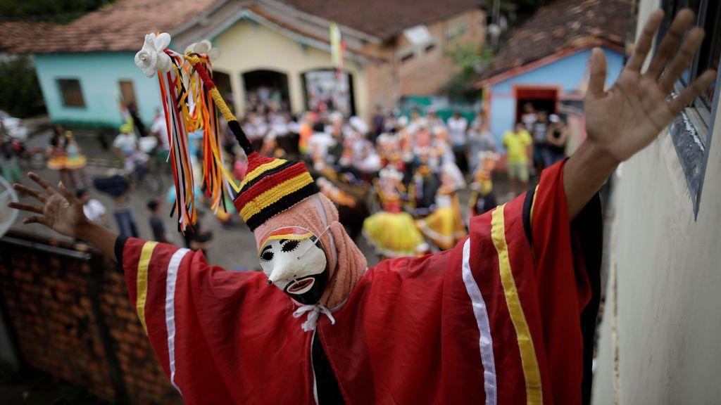 """Un miembro de los bailes del """"Grupo Boi Faceiro"""" durante las festividades de carnaval en Sao Caetano de Odivelas, Brasil"""