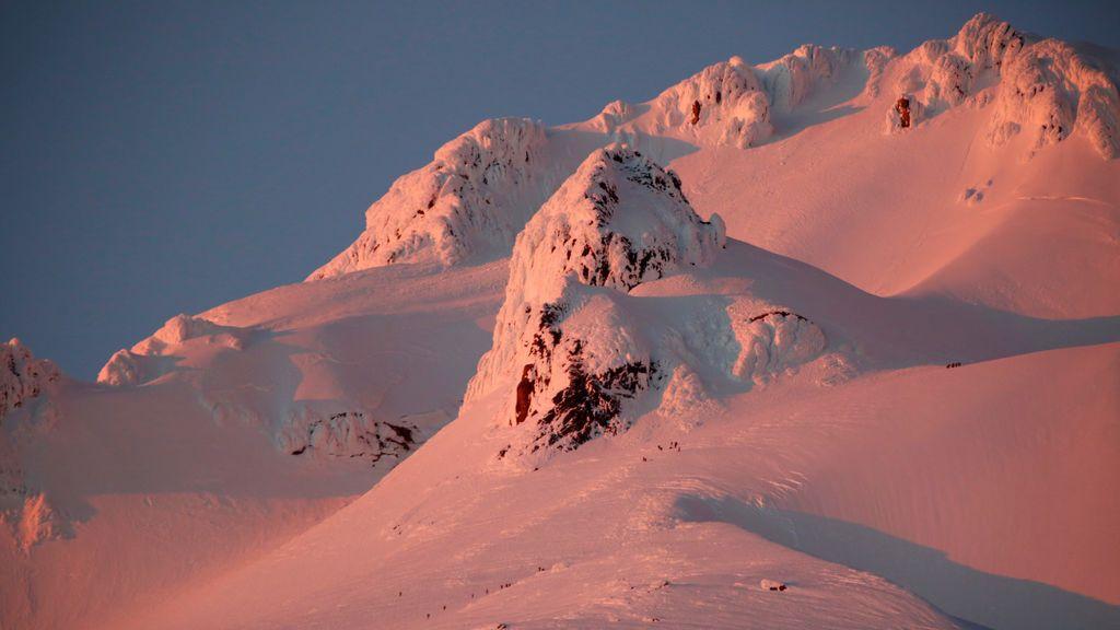 Al atardecer, escaladores y personal de rescate descienden de Mount Hood, Oregón, EE. UU