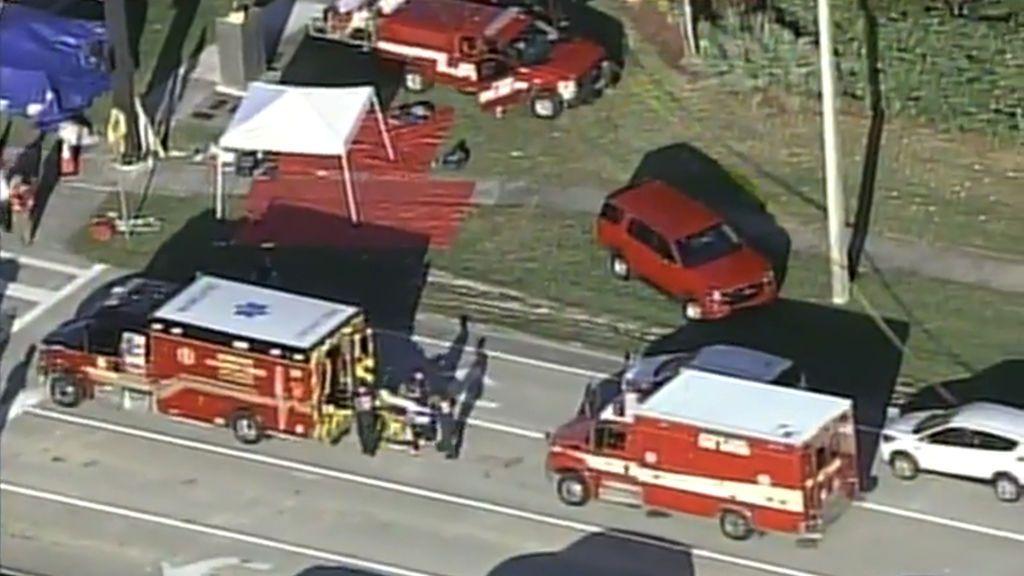 Los camiones de bomberos se agolpan a las puertas del centro escolar