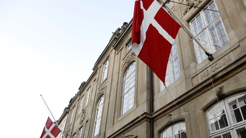 Bandera a media asta por la muerte del príncipe Enrique de Dinamarca