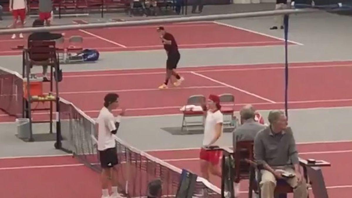 ¡El gesto que da vergüenza en el mundo del tenis! Escupe en su mano antes de saludar al rival