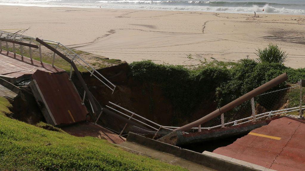 El área colapsada de un carril bici en la playa de Sao Conrado después de fuertes lluvias en Río de Janeiro, Brasil