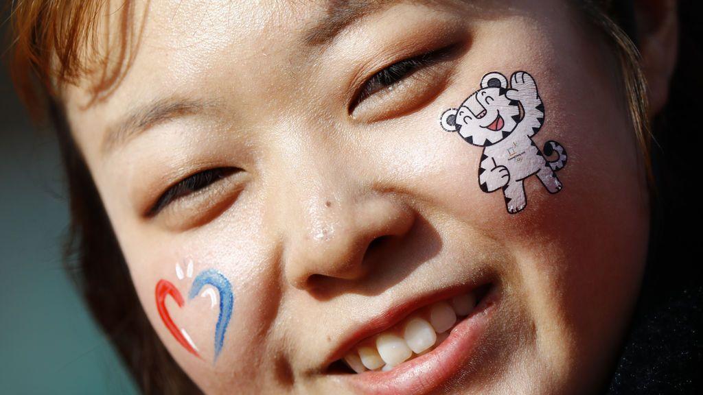 Una niña con la cara pintada participa en las Olimpiadas de invierno