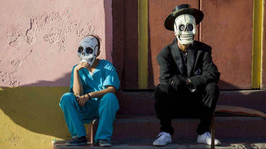 Dos jóvenes disfrazados de calavera participan en el carnaval de Granada, Nicaragua