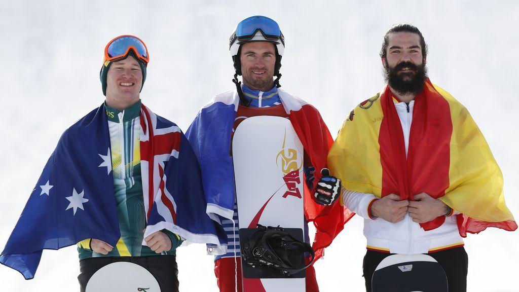 El medallista de oro Pierre Vaultier de Francia, el medallista de plata Jarryd Hughes de Australia y el medallista de bronce Regino Hernández de España