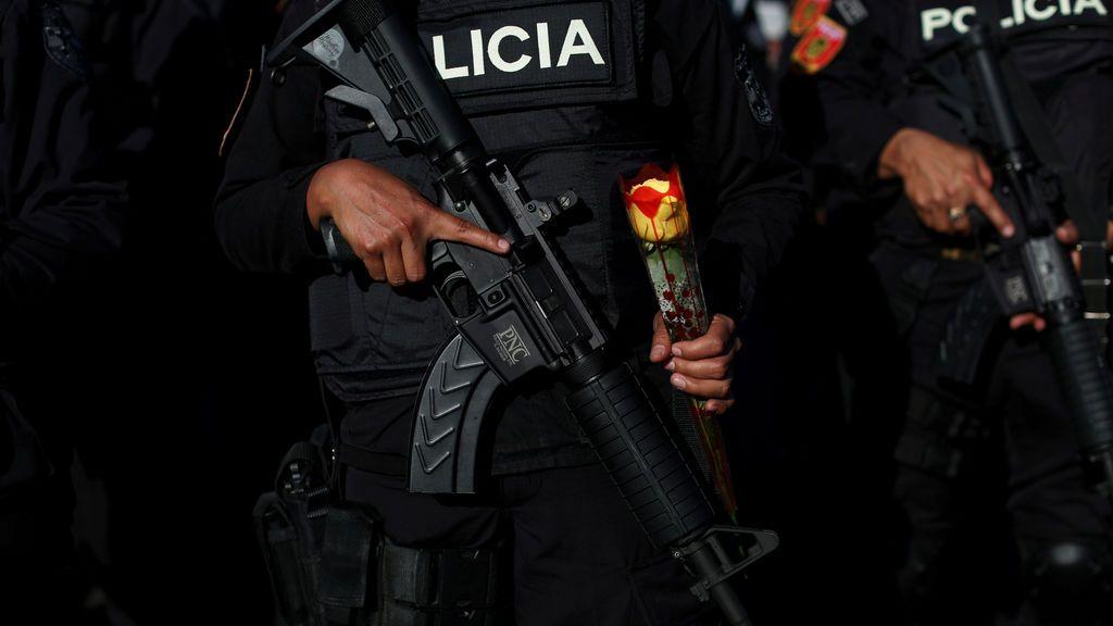 """Una oficial de policía de la nueva Unidad Táctica Especializada de Policía (UTEP) conocida como """"Jaguares"""" de la Policía Nacional Civil de El Salvador, sostiene una rosa durante su ceremonia de presentación en San Salvador, El Salvador"""