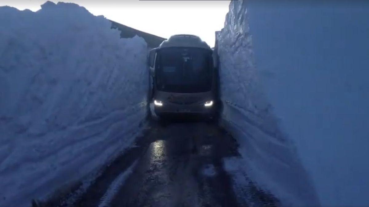 Un autobús escolar tuvo que atravesar un túnel de nieve de ¡¡4 metros de altura!!