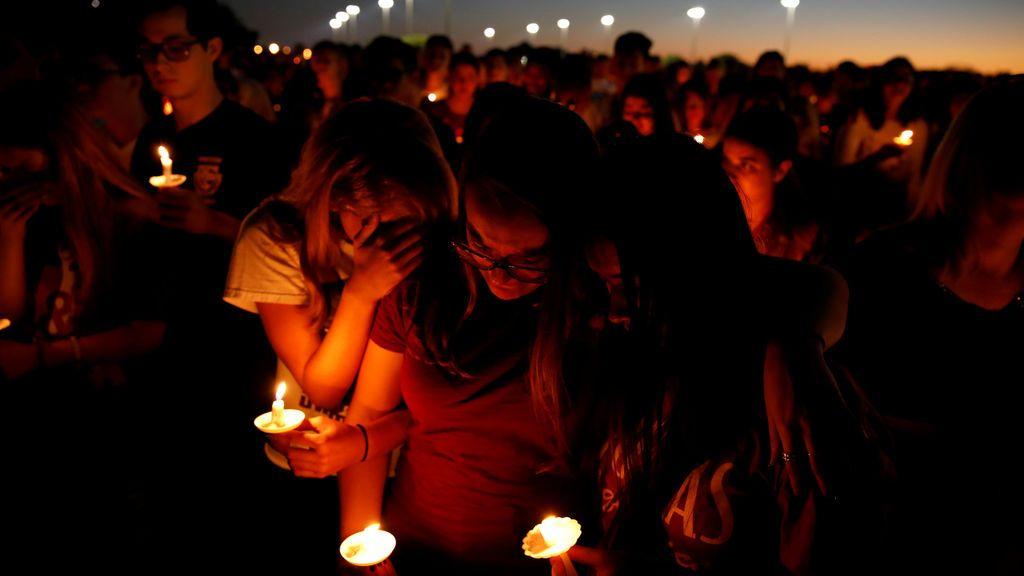 Varias personas asisten a una vigilia por las víctimas del tiroteo cerca del Marjory Stoneman Douglas High School, en Parkland, Florida
