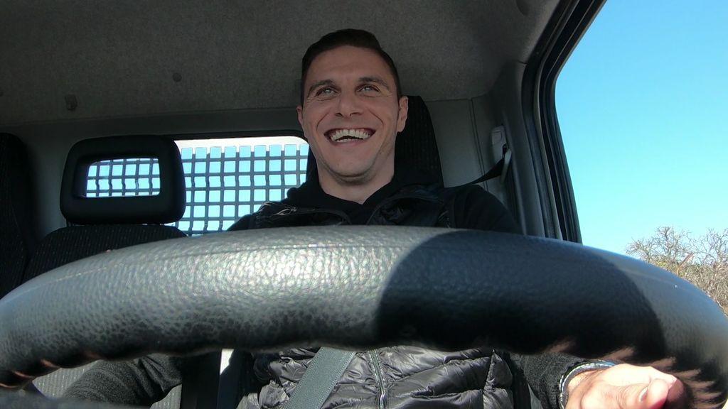 Joaquín llega a casa de Bertín cantando reggaetón y conduciendo un camión lleno de pelotas