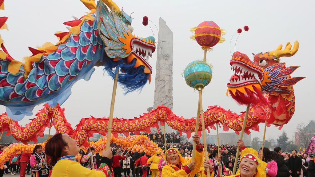Los ciudadanos realizan danzas de dragón en el primer día del Año Nuevo Lunar chino del perro, en Mianyang, provincia de Sichuan, China