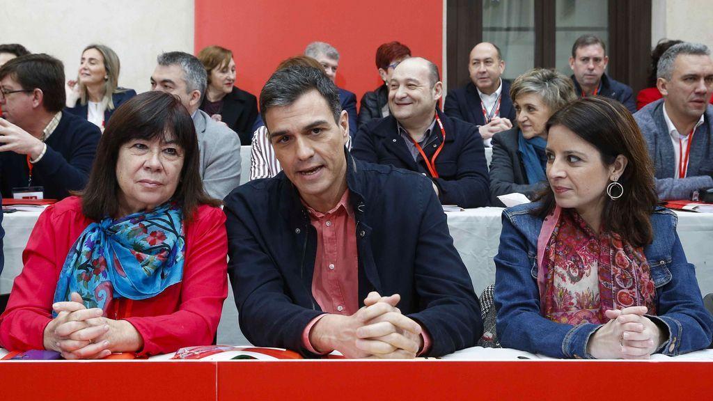 El secretario general del PSOE, Pedro Sánchez (c), junto a la presidenta, Cristina Narbona (i), y la vicesecretaria general, Adriana Lastra (d), durante la reunión del Comité Federal del partido que se celebra en Aranjuez (Madrid)