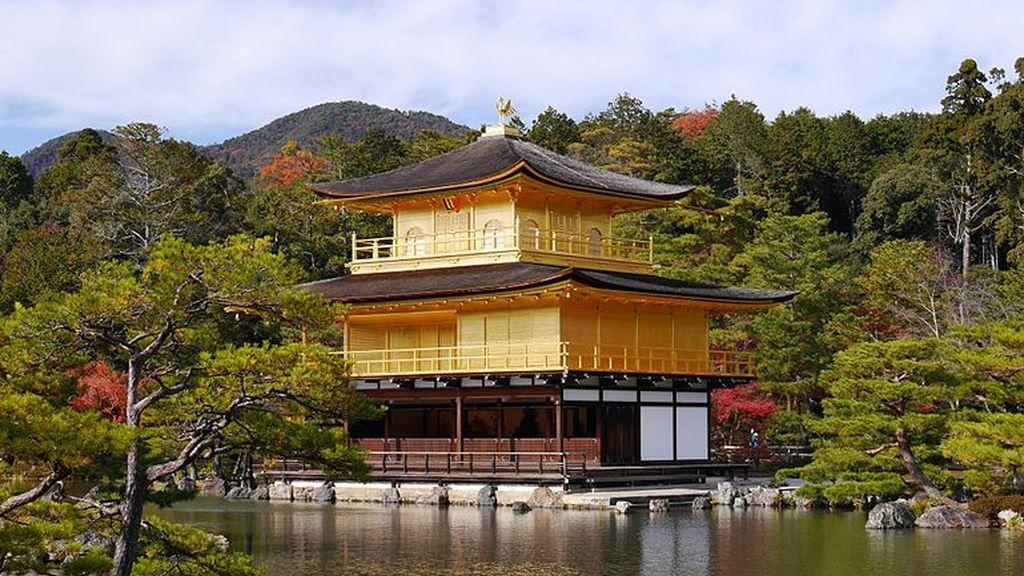 Kinkaku-ji_the_Golden_Temple_in_Kyoto_overlooking_the_lake_-_high_rez