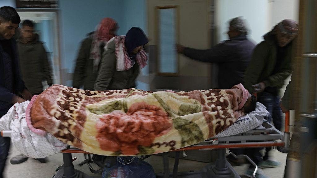 Palestinos llevan a un hombre herido al hospital europeo de Rafah
